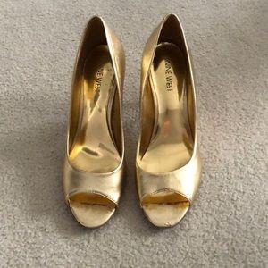 Nine West Quinty gold peep toe pumps 7.5